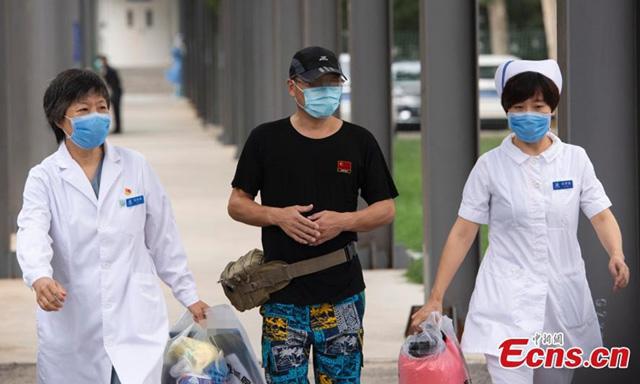 ผู้ป่วยโควิด-19  รายแรกที่ฟื้นตัวจากการระบาดล่าสุดในตลาดซินฟาตี้ ออกจากโรงพยาบาลเป่ยจิง ตี้ถาน โดยได้รับการทดสอบเชิงลบสำหรับ ไวรัสโคโรนาสายพันธุ์ใหม่ 2 รอบ (ภาพไชน่านิวส์)