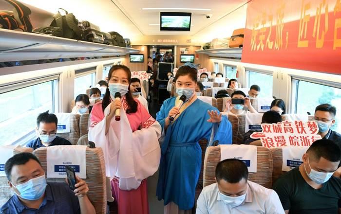 เจ้าหน้าที่การรถไฟทำการแสดงบนขบวนรถไฟความเร็วสูง หมายเลข G9394 ที่กำลังเดินทางจากมณฑลอันฮุยสู่มณฑลเจ้อเจียงบนทางรถไฟความเร็วสูงสายซางชิว-เหอเฝย-หางโจว วันที่ 28 มิ.ย. 2020 (ภาพซินหัว)