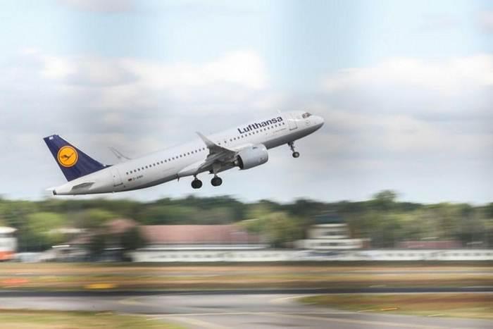 เครื่องบินสายการบินลุฟต์ฮันซาของเยอรมนี ขึ้นบินจากท่าอากาศยานเบอร์ลิน เทเกล ในกรุงเบอร์ลิน เมืองหลวงของเยอรมนี ภาพเมื่อวันที่ 26 พ.ค. 2020 (ภาพซินหัว)