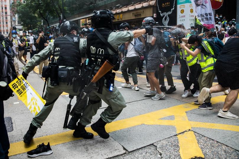 In Pics: ปะทะเดือด! ตำรวจฮ่องกงฉีดน้ำแรงดันสูง-สเปรย์พริกไทยสลายม็อบต้าน 'กม.ความมั่นคง'