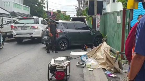 เก๋งซิ่งเข้าซอยพุ่งชนคนซื้อปาท่องโก๋ดับคาใต้ท้องรถ