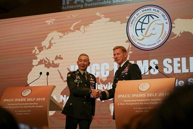 พลเอก อภิรัชต์ คงสมพงษ์ ผู้บัญชาการทหารบก และ พลเอก เจมส์ แมคคอนเวล ผู้บัญชาการทหารบกสหรัฐอเมริกา (ภาพจากแฟ้ม)