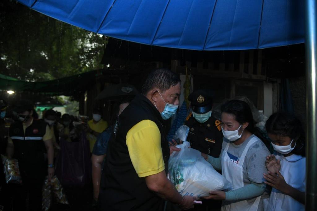 ผู้ว่าฯ อัศวิน แจกถุงยังชีพกทม. ช่วยเหลือประชาชนในชุมชนย่านประเวศ