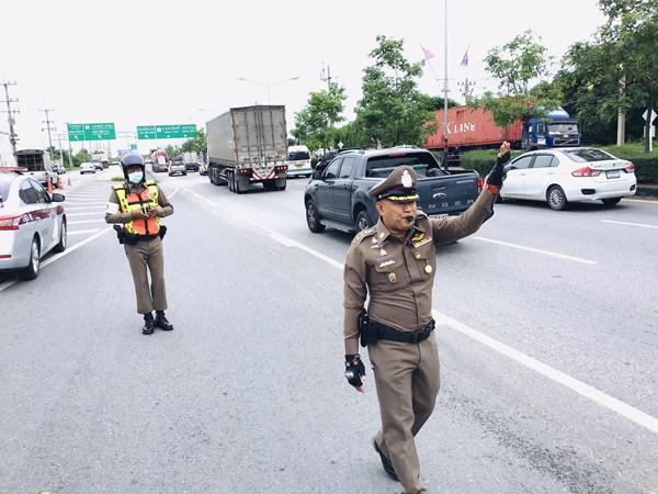 รองผู้บังคับตำรวจภูธรจังหวัดนครปฐม มาเองนำทีมโบกรถเร่งระบายจราจรเพชรเกษมขาออก