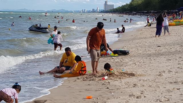 คึกคัก !! นักท่องเที่ยวนับหมื่นแห่เที่ยวเล่นน้ำทะเลที่หาดชะอำ