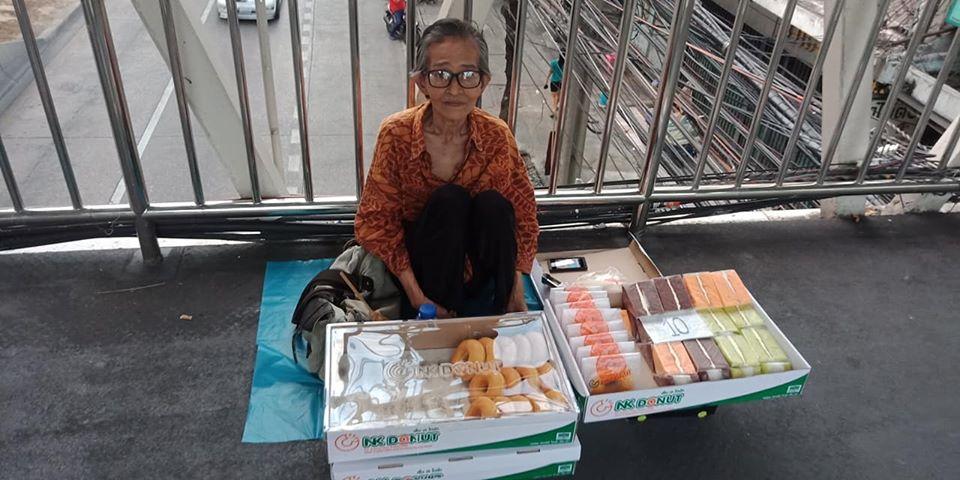 สาวโพสต์ชวนอุดหนุน คุณยายนั่งขายโดนัทบนสะพานลอย หาเงินค่ารักษาพยาบาล - ค่าเช่าห้อง