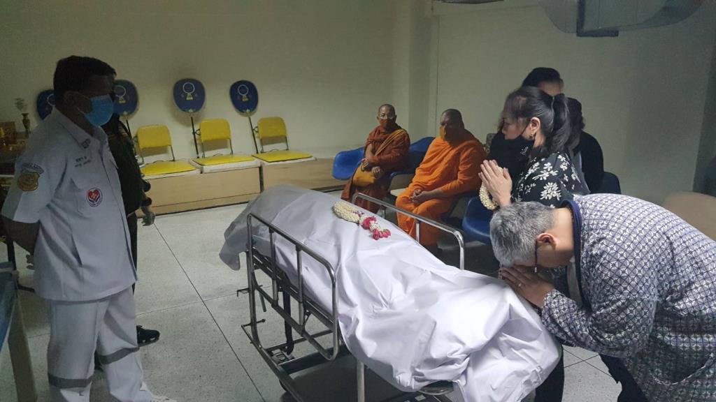 """หลานสาวพร้อมรถร่วมกตัญญูรับศพ """"แม่ปุ๊""""ออกจาก รพ.เชียงใหม่แล้วเข้ากรุงเทพฯตั้งสวดวัดศรีเอี่ยม"""