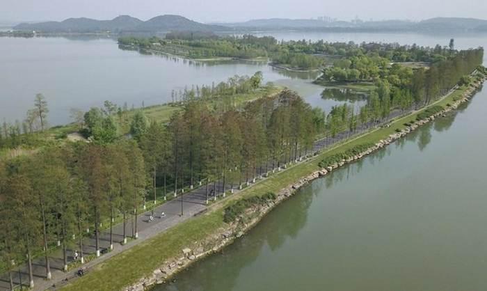 แฟ้มภาพซินหัว : บรรยากาศเส้นทางจักรยานริมทะเลสาบตงหูในนครอู่ฮั่น มณฑลหูเป่ยทางตอนกลางของจีน เมื่อวันที่ 13 เม.ย. 2020
