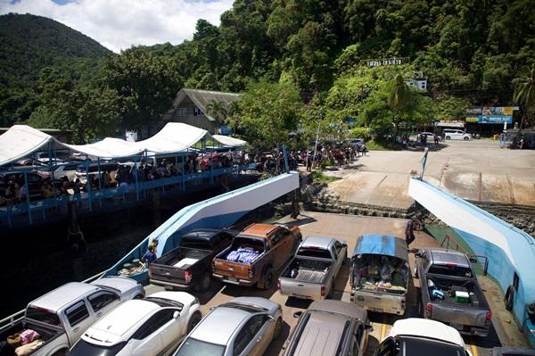 คิวยาว ! นักท่องเที่ยวทยอยออกจากเกาะช้างหลังสิ้นสุดวันหยุดยาว ทำรถรอลงเรือเฟอร์รี่ยาวกว่า 5 กม.