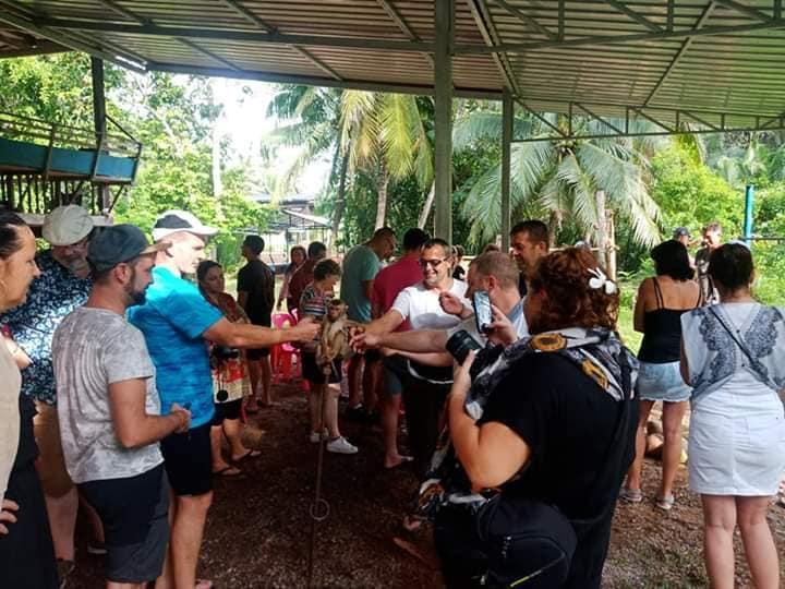 นักท่องเที่ยวให้ความสนใจลิงในศูนย์ฝึกลิงเพื่อการเกษตรคลองน้อย ภาพจากเพจ วิสาหกิจชุมชนท่องเที่ยวตำบลคลองน้อย