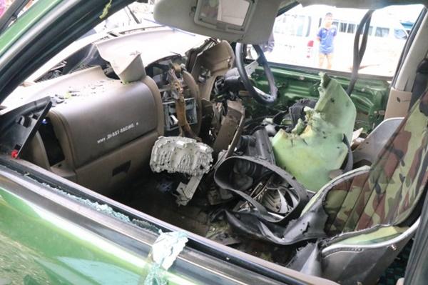 ตำรวจชุดEODพร้อมด้วยตำรวจพิสูจน์หลักฐานลงพื้นที่ตรวจสอบมือดีปาระเบิดใส้รถ