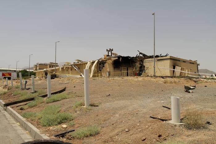 """ภาพอาคารที่ได้รับความเสียหายหลังหนึ่ง ภายหลังเกิดไฟไหม้ขึ้นที่โรงงานนิวเคลียร์ """"นาตันซ์"""" ของอิหร่าน ซึ่งตั้งอยู่ในจังหวัดอิสฟาฮานของอิหร่าน เมื่อวันพฤหัสบดี (2 ก.ค.) ที่ผ่านมา  ภาพนี้สำนักข่าวรอยเตอร์ได้รับจาก องค์การพลังงานปรมาณูอิหร่าน/สำนักข่าว WANA"""