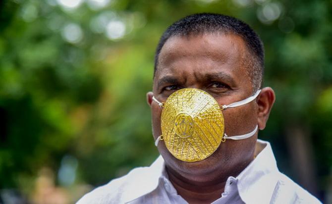 คนมันรวย!หนุ่มใหญ่อินเดียสวมหน้ากากทองคำราคา1.2ล้านป้องกันโควิด-19