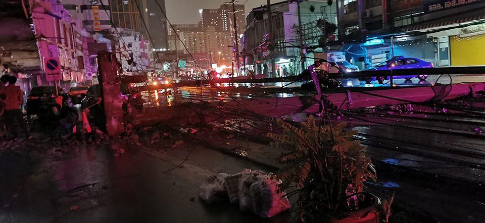 รถพ่วง 18 ล้อ เสียหลักพุ่งชนเสาไฟฟ้าล้ม 5 ต้น บนถนนสุขุมวิท 71 ล่าสุดเปิดการจราจรได้ 1 เลน