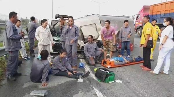 รถบรรทุกสี่ล้อรับส่งพนักงานยางแตก พลิกคว่ำ บนถนนมอเตอร์เวย์บาดเจ็บหลายราย