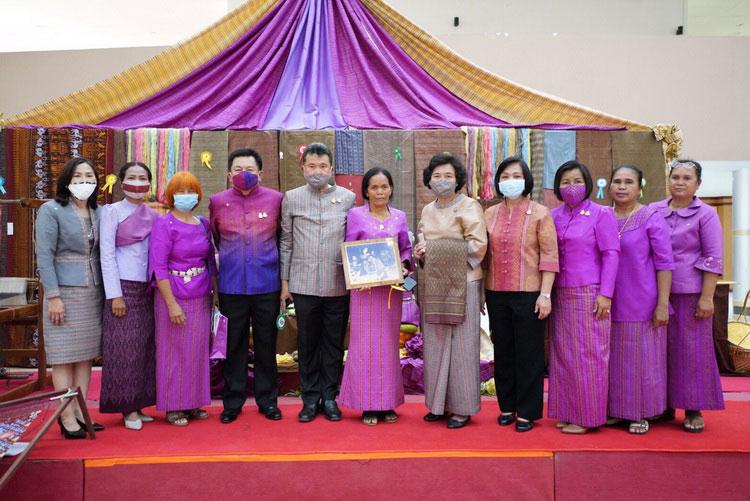 ขานรับมติ ครม. ใช้-ใส่ผ้าไทย ภูมิใจภูมิปัญญา สืบสานคุณค่า สร้างรายได้สู่ชุมชน