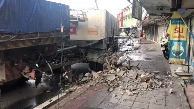 ฝนตกถนนลื่น! รถพ่วงขนหินเสียหลักชนเสาไฟฟ้าแยกคลองตันล้มระนาว เสียหายกว่า 3.5 ล้าน