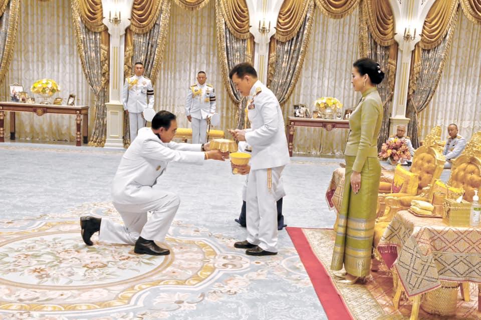 ในหลวง โปรดเกล้าฯ รมว.คลังเฝ้าฯ ถวายเงินรายได้จากการจำหน่ายเหรียญที่ระลึกในโอกาสพระราชพิธีบรมราชาภิเษก พุทธศักราช 2562
