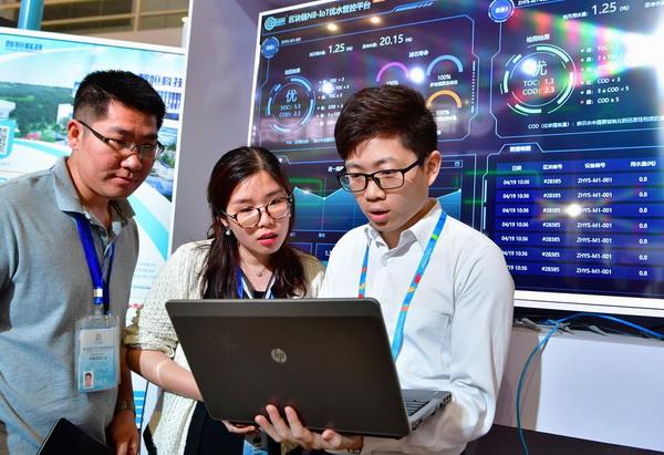 (แฟ้มภาพซินหัว : เจ้าหน้าที่จากหน่วยงานบริการจัดการระบบนิเวศน้ำสาธิตวิธีทดสอบคุณภาพน้ำดื่มด้วยระบบจัดการและควบคุมโดยใช้บล็อกเชน ในงานมหกรรมดิจิทัลแห่งประเทศจีน ครั้งที่ 2 ณ นครฝูโจว เมืองเอกของมณฑลฝูเจี้ยนทางตะวันออกเฉียงใต้ของจีน วันที่ 5 พ.ค. 2019)