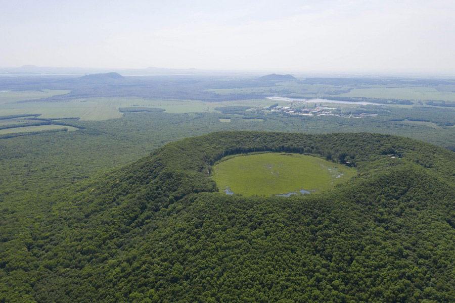 """อันซีนแดนมังกร จีนเผยภาพหาดูยาก """"ทะเลสาบสีเขียว""""ในปากปล่องภูเขาไฟ แห่งอู่ต้าเหลียนฉือ"""