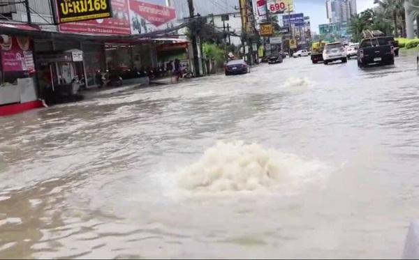 ฝนถล่มพัทยาทำน้ำรอระบายสูงเกือบเมตร โชคดีโครงการสร้างท่อระบายน้ำผลักลงทะเลได้เร็ว