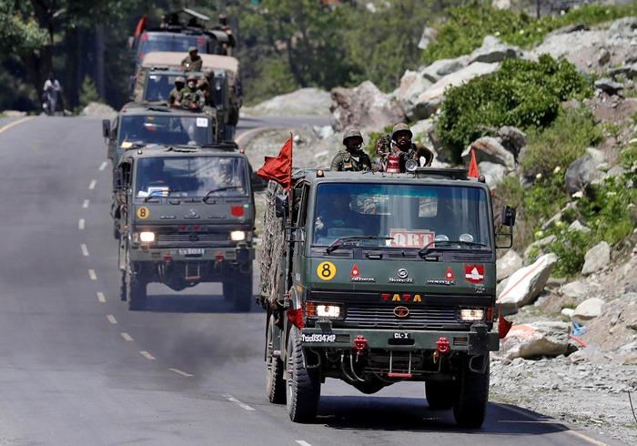 ขบวนรถทหารอินเดียแล่นไปตามทางหลวงสายที่มุ่งสู่เขตดาลัก เมื่อวันที่ 18 มิถุนายน 2020