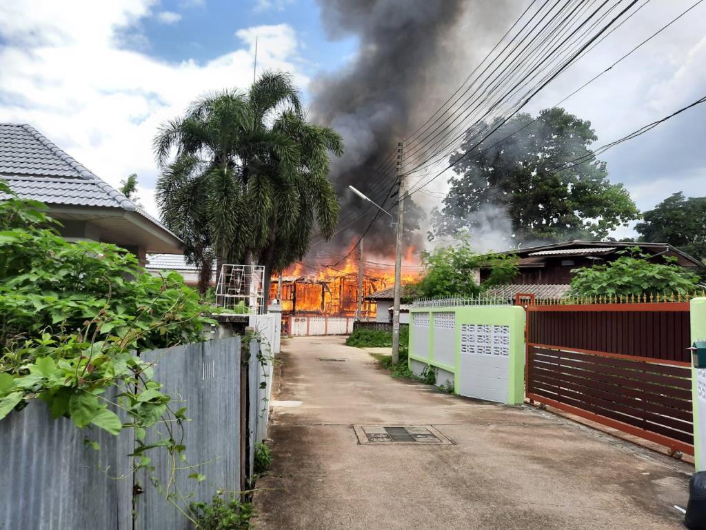 ระทึก!ไฟไหม้บ้านไม้ตรงข้าม อ.อ.ป.กลางเมืองลำปางวอดสองหลังซ้อน