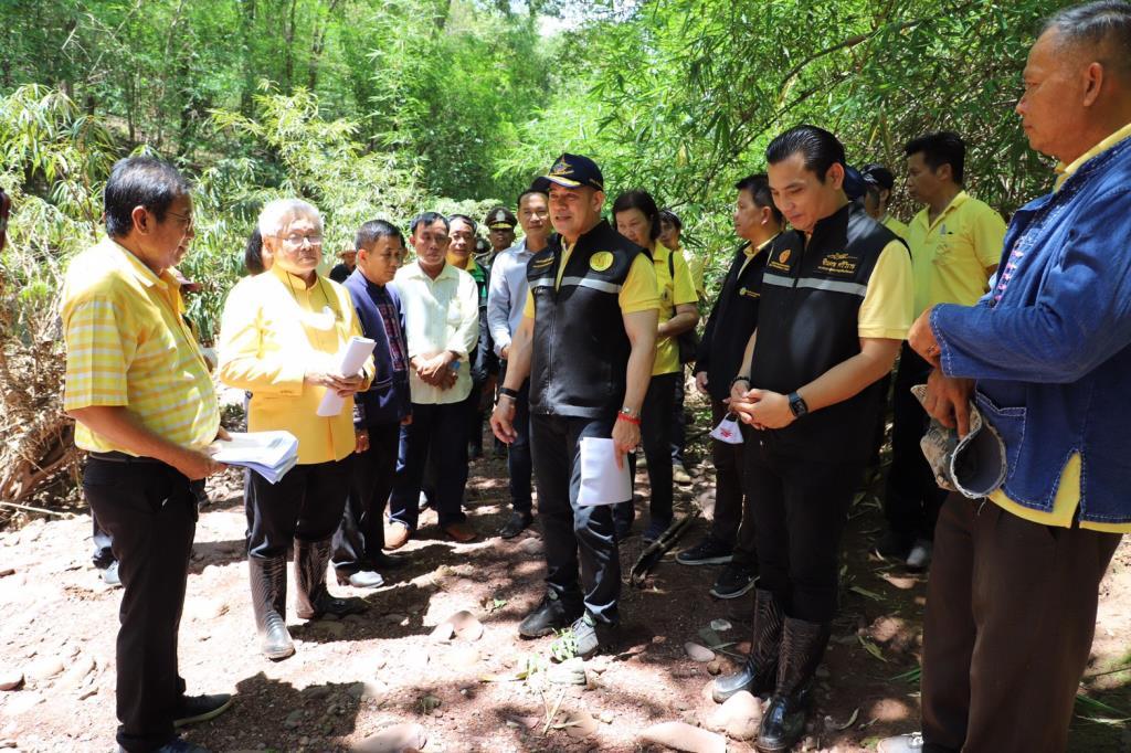 """""""ธรรมนัส"""" ยกทีม ส.ส.พะเยา ลุยป่า สำรวจจุดสร้างอ่างเก็บน้ำ เพื่อบรรเทาปัญหาภัยแล้ง"""