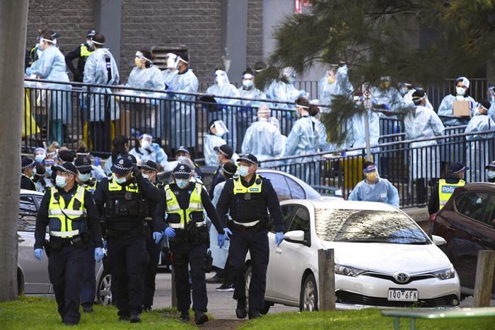 ตำรวจและบุคลากรทางการแพทย์ตั้งแถวกันอยู่ด้านนอกของอาคารเคหะสงเคราะห์แห่งหนึ่งที่ถูกล็อกดาวน์ เนื่องจากเป็นจุดที่ไวรัสโคโรนาแพร่ระบาด ในเมืองเมลเบิร์น ประเทศออสเตรเลีย วันพุธ (8 ก.ค.) โดยที่ทั่วทั้งเมืองใหญ่อันดับ 2 ของแดนจิงโจ้แห่งนี้จะถูกบังคับใช้มาตรการล็อกดาวน์อีกครั้งหนึ่งเป็นเวลา 6 สัปดาห์ เริ่มตั้งแต่คืนวันพุธ (8)