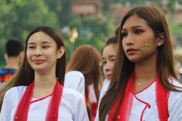 """""""เด็กปะแป้ง"""" ยุวทูตตัวน้อยบนสะไม้ที่ยาวที่สุดของไทย มนต์เสน่ห์ ของการท่องเที่ยวสังขละบุรี"""