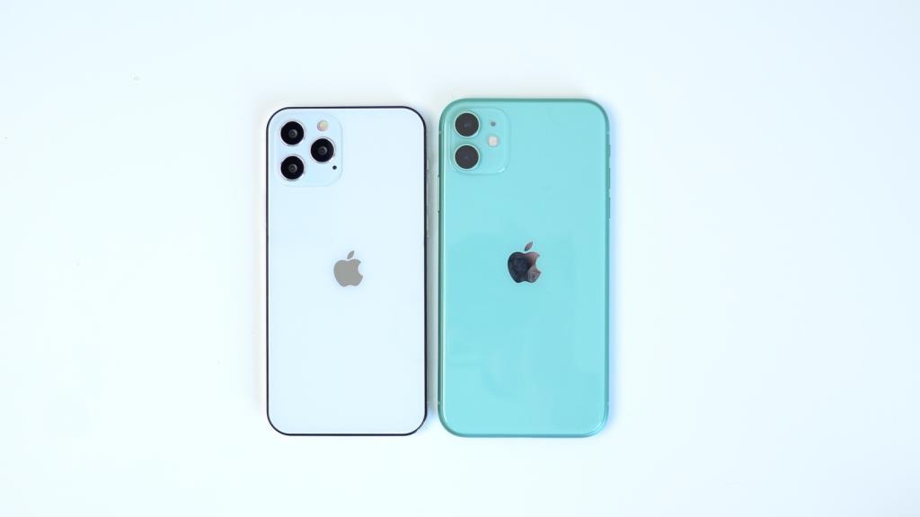 แม้จะมีหน้าจอ  6.1 นิ้วเท่ากัน แต่เครื่องจำลองพบว่า iPhone 12 นั้นมีขนาดเล็กกว่า iPhone 11