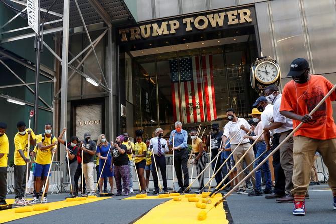 ยั่วท่านผู้นำ!เมืองนิวยอร์กแสบทาสี'ชีวิตคนดำมีค่า'บนถนนหน้าตึกทรัมป์ทาวเวอร์(ชมคลิป)