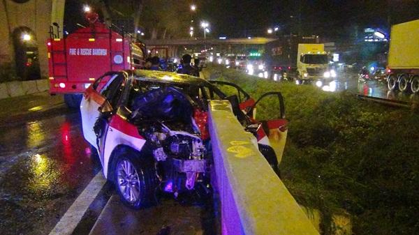หวิดย่างสด ! แท็กซี่พุ่งชนราวสะพานไฟลุกท่วมบนถนนบางนา-ตราด กม. 42 ย่านบางวัว