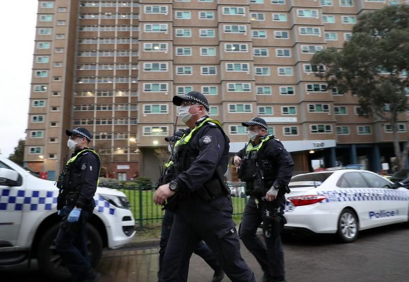 ตำรวจออสเตรเลียเดินตรวจตรารอบอพาร์ตเมนต์แห่งหนึ่งในนครเมลเบิร์นเมื่อวันที่ 4 ก.ค. หลังมีคำสั่งล็อกดาวน์เพื่อยับยั้งการแพร่ระบาดของโควิด-19