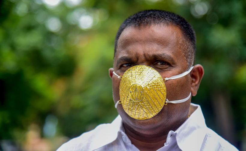ชังการ์ กูร์ฮาเด (Shankar Kurhade) นักธุรกิจชาวอินเดียในเมืองปูเน่ โชว์หน้ากากปิดจมูกที่ทำจากทองคำมูลค่า 289 ดอลลาร์