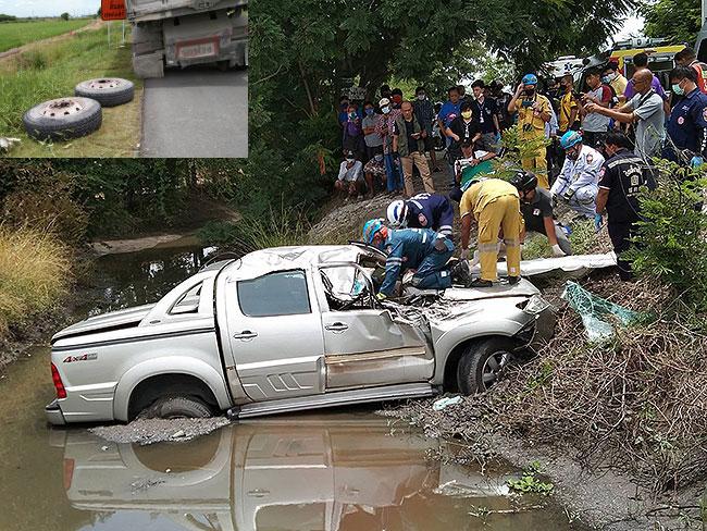 รถพ่วงล้อหลุดกระแทกปิกอัพเคราะห์ร้ายตกลงคูน้ำย่านถนนราชพฤกษ์ปทุมธานี คนขับดับคาทีเด็ก 7 ขวบเจ็บ 2