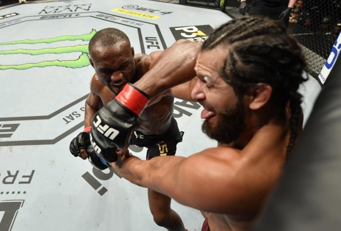 """""""มาสวิดัล"""" ฟิตไม่พอ """"อุสมาน"""" โชว์พลังแข็งแกร่งป้องเข็มขัด UFC"""