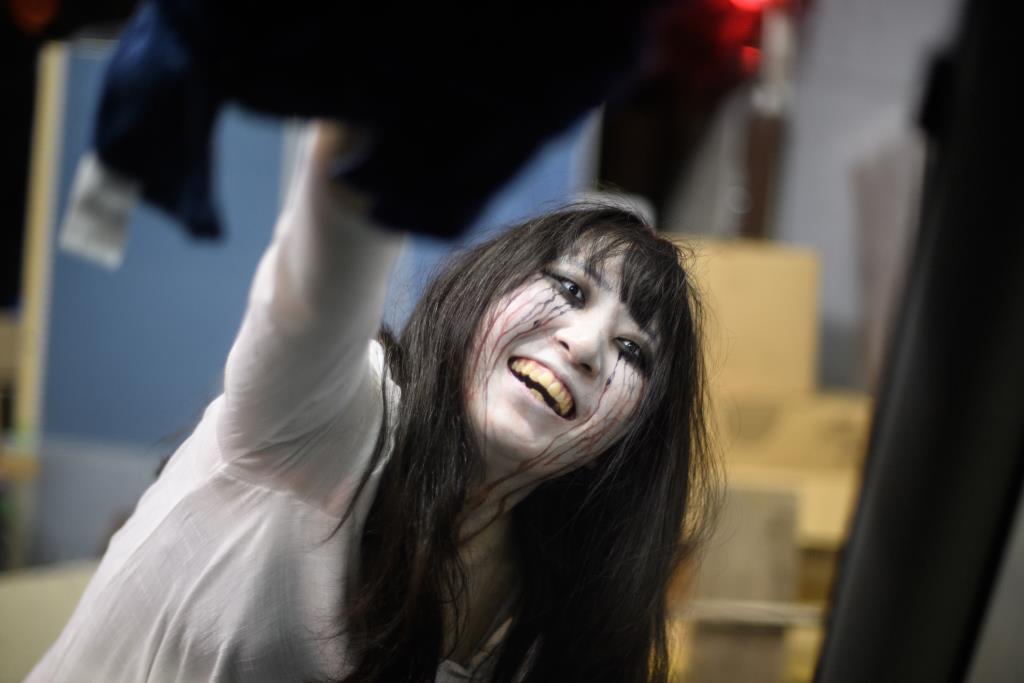 ฆาตกรสาวโรคจิตในบ้านผีสิงใหม่สไตล์ไดรฟ์-อินสู้โควิด