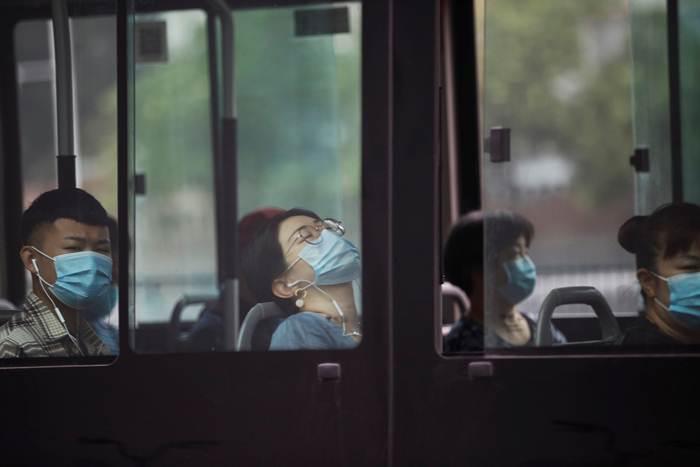 ประชาชนสวมหน้ากากอนามัยขณะเดินทางในชั่วโมงเร่งด่วนในปักกิ่ง ปักกิ่ง ภาพ 13 ก.ค. 2020 (รอยเตอร์ส)