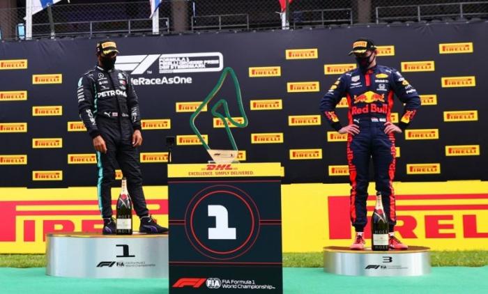 (คลิป) ล้ำและปลอดภัย F1 ใช้หุ่นยนต์มอบรางวัลให้แชมป์