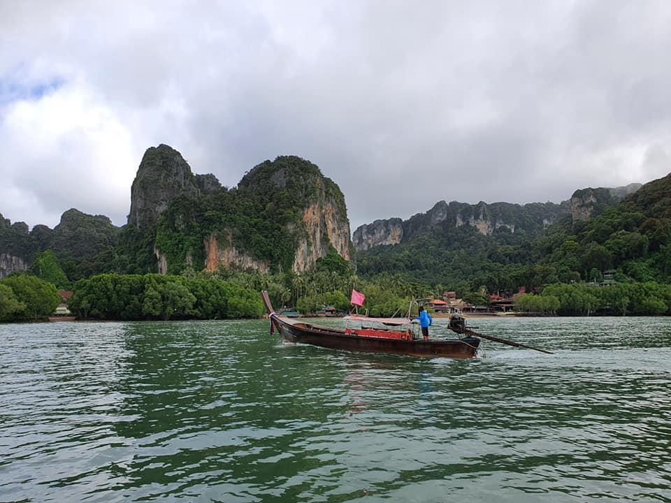 เรือหางยาวนำส่งนักท่องเที่ยวอ่าวไร่เลย์