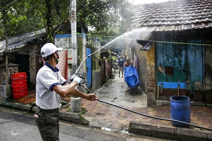 เจ้าหน้าที่ฉีดยาฆ่าเชื้อภายในพื้นที่ซึ่งเกิดโรคติดต่อเพื่อป้องกันการแพร่ระบาดของโควิด-19 ในเมืองโกลกาตา (กัลกัตตา) ประเทศอินเดีย เมื่อวันอังคาร (14 ก.ค.) ทั้งนี้ เมืองเบงกาลูรู (บังกาลอร์) ฮับไฮเทคของแดนภารตะ เริ่มใช้มาตรการล็อกดาวน์อีกครั้งตั้งแต่วันอังคาร หลังจากหลายรัฐของอินเดียประกาศเคอร์ฟิวและการล็อกดาวน์ไปก่อนแล้วตั้งแต่ช่วงสุดสัปดาห์ที่ผ่านมา