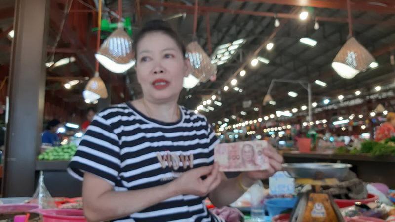 ตื่นทั้งตลาด!แม่ค้าอาหารป่าที่มุกดาหาร18มงกุฏจ่ายค่าของเป็นแบงก์ปลอม