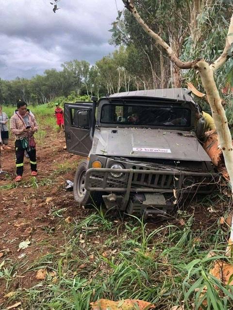สลด!ฮัมวี่ทหารฝ่าฝนถนนลื่นชนต้นยูคาฯริมทางพบพระ นายทหารเสียชีวิต 1 เจ็บสาหัส 2