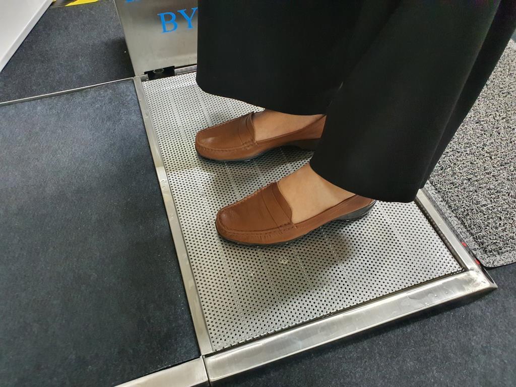 """""""ก้าวสะอาด"""" นวัตกรรมฆ่าเชื้อก่อนเข้าอาคาร ไม่ทำร้ายรองเท้าสาวๆ"""