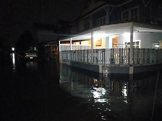 ฝนกระหน่ำปทุมฯย่านคลองสามอ่วมท่วมหลายหมู่บ้าน