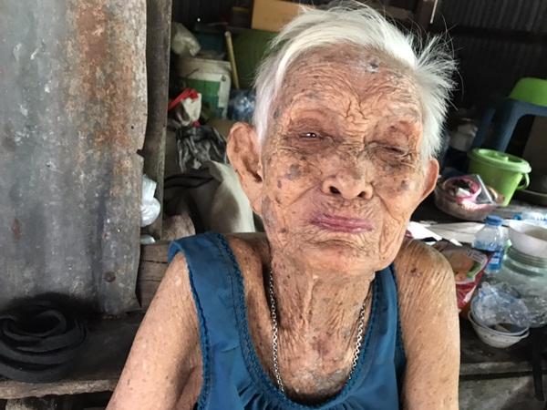 พบคุณยายอายุ 100 ปีใช้ชีวิตลำพังในบ้านไม้สังกะสี อ.บางละมุง จ.ชลบุรี