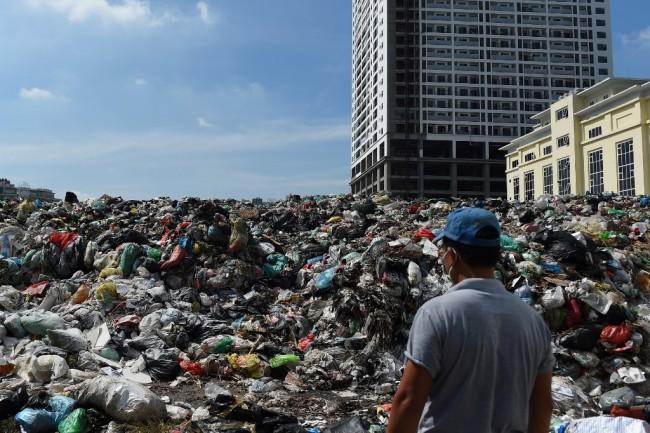 ฮานอยเหม็นหึ่งนับสัปดาห์ ชาวบ้านรวมตัวปิดทางเข้าศูนย์กำจัดประท้วงรัฐจ่ายเงินชดเชยช้าทำขยะล้นเมือง
