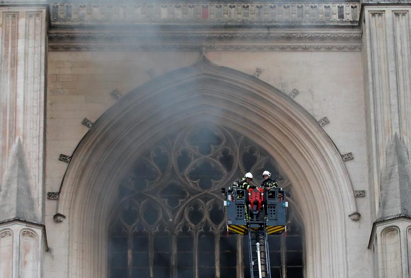 ระทึก! ไฟไหม้อาสนวิหารเมืองนองต์ใน 'ฝรั่งเศส' ล่าสุดควบคุมเพลิงได้แล้ว (ชมคลิป)