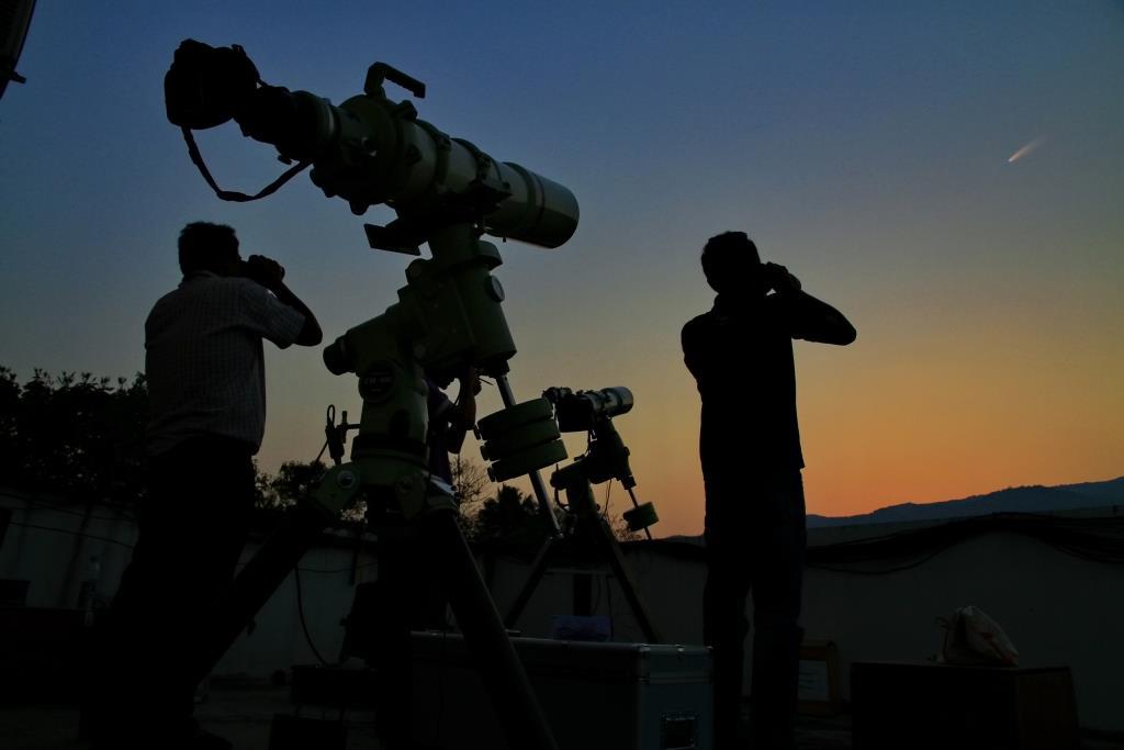 ตัวอย่างการค้นหาดาวหางด้วยตาเปล่า สามารถใช้กล้องสองตา ร่วมกับการถ่ายภาพด้วยเลนส์มุมกว้างเพื่อหาตำแหน่งดาวหางได้
